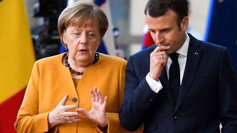 Foto: Angela Merkel, canciller alemana, charla con Emmanuel Macron, presidente galo. (Reuters)