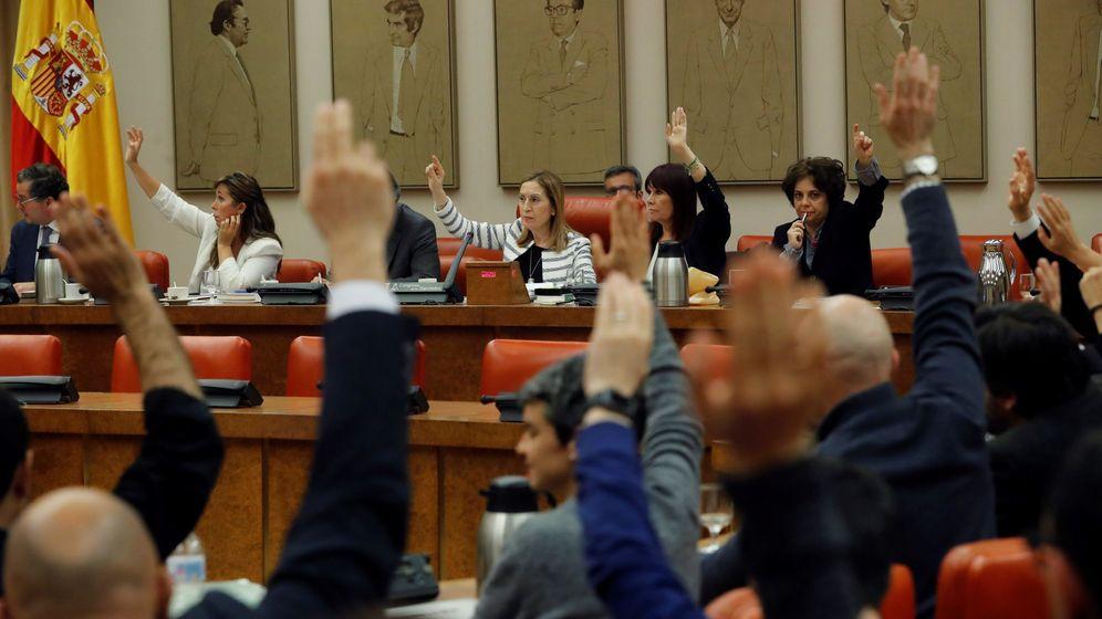 Foto: La presidenta del Congreso, Ana Pastor (c), durante la reunión de la Diputación Permanente. (EFE)