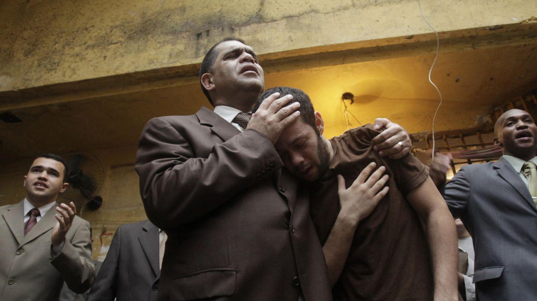 El pastor evangelista Marcos Pereira Silva abraza a un preso en una cárcel de Río (Reuters).