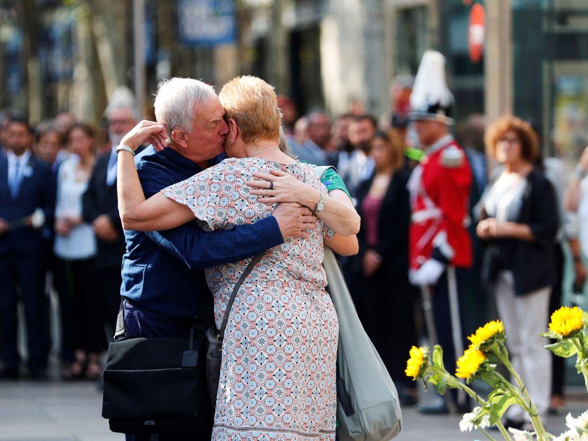 Foto: Los familiares de las víctimas mortales del atentado, en el primer aniversario. (EFE)
