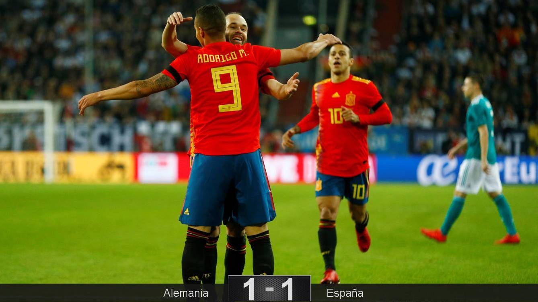 Foto: Iniesta y Rodrigo celebran el gol de España. (Reuters)
