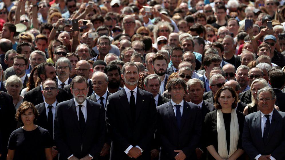 Foto: Minuto de silencio en la plaza de Cataluña. (Reuters)