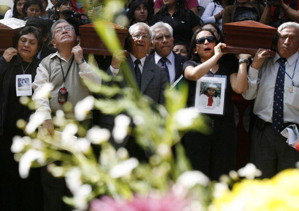 Foto: Familiares de las víctimas de la masacre de La Cantuta durante una ceremonia en Lima, en julio de 2008. (Reuters)