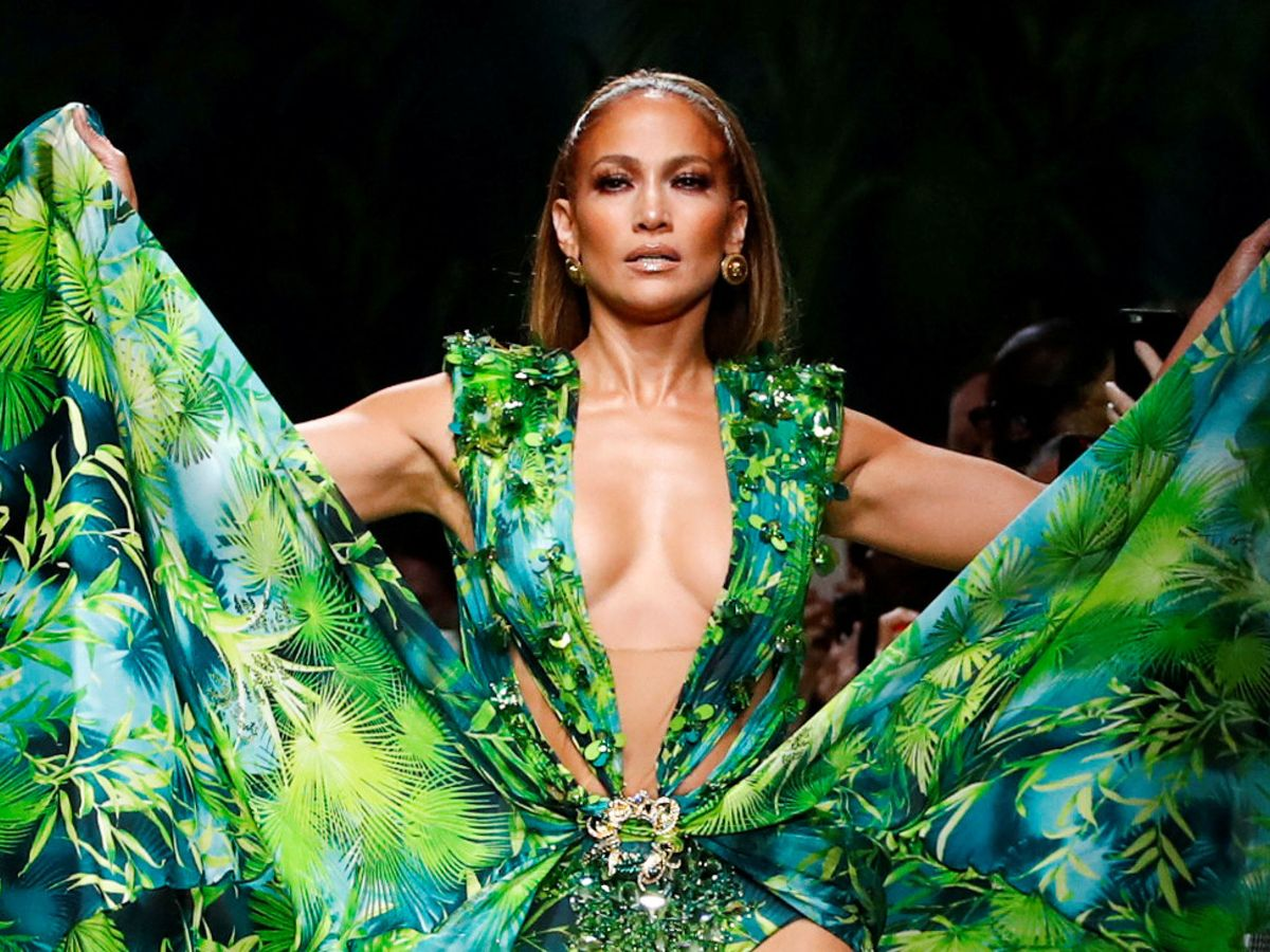 Foto: Jennifer Lopez, en el cierre del desfile de Versace en Milán con el icónico vestido. (Reuters)
