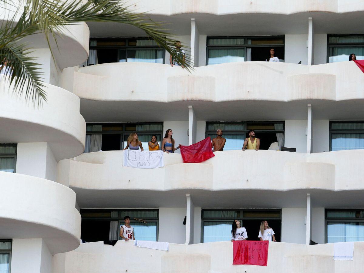 Foto: Estudiantes aislados en el hotel de Palma de Mallorca. (Reuters)