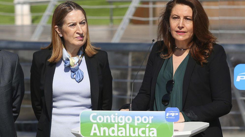 Foto: La ministra de Fomento, Ana Pastor (i), junto a la candidata del PP al Parlamento Andaluz, Carmen Crespo. (EFE)