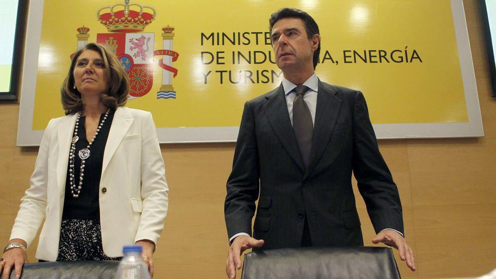 Foto: El ministro de Industria, Energía y Turismo, José Manuel Soria (d), y la secretaria general de Industria y de la pyme, Begoña Cristeto. (EFE)