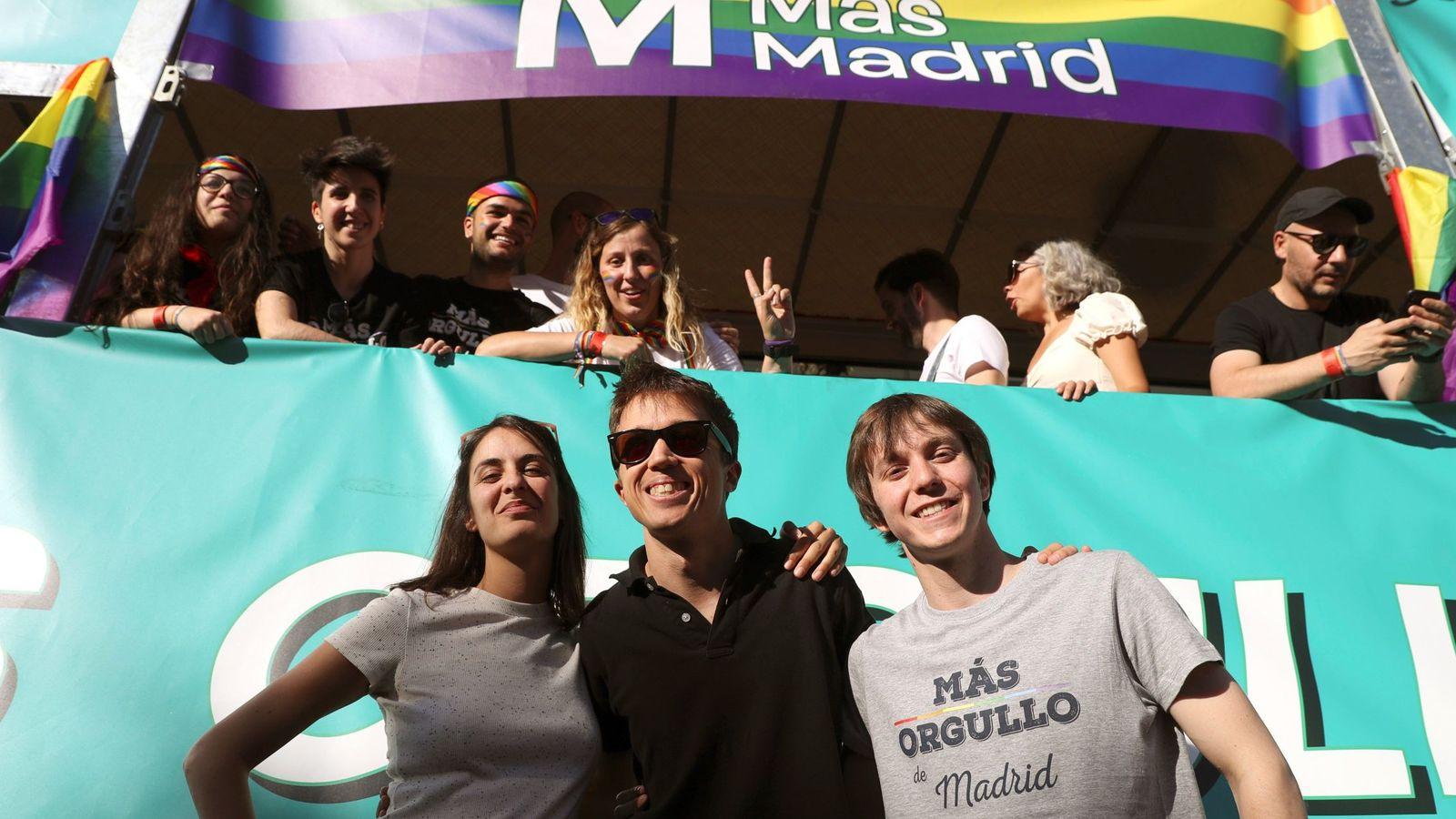 Foto: Íñigo Errejón, con Rita Maestre y Eduardo Fernández Rubiño, el pasado 6 de julio ante la carroza de Más Madrid en el Orgullo LGTBI. (EFE)