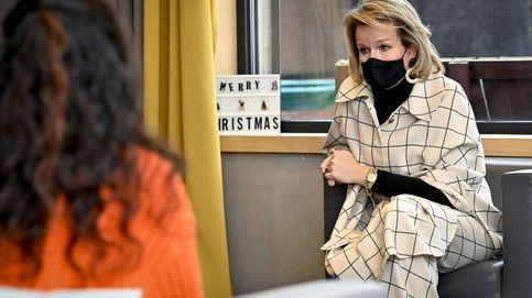 Matilde de Bélgica nos sorprende con el abrigo capa que veneran las insiders
