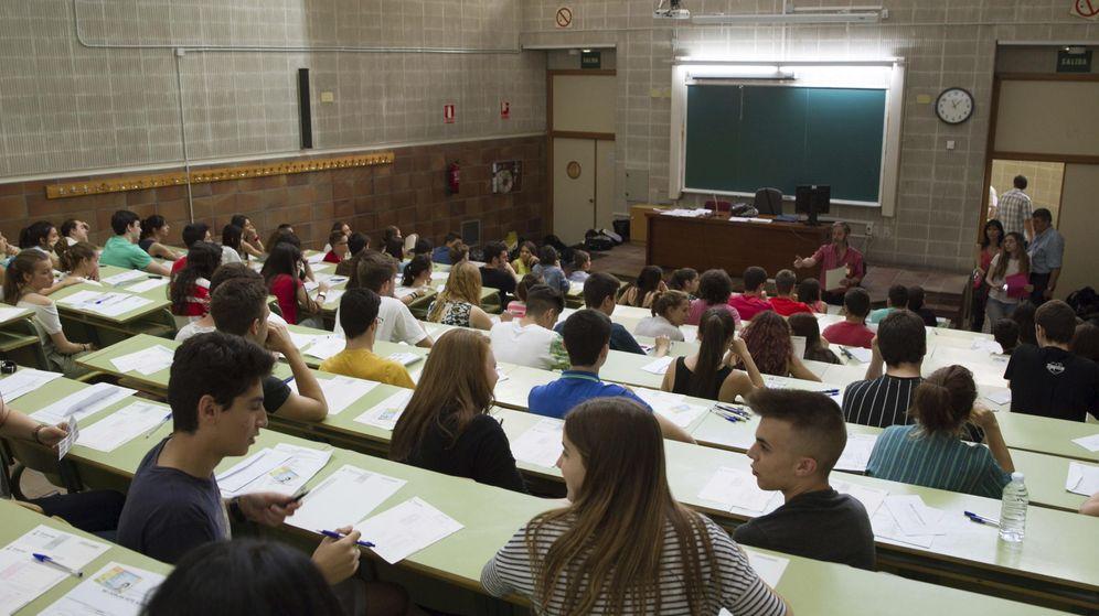 Foto: Unos estudiantes esperan en sus sitios el comienzo de uno de los exámenes de selectividad. (EFE)