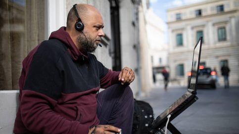 Jony, el 'streamer sin techo' que gana 1.000 € al mes haciendo directos en plena calle