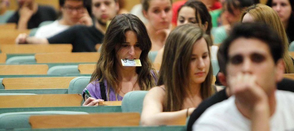 Foto: Varios estudiantes esperan en un aula de la Universidad Pompeu Fabra (UPF) de Barcelona. (EFE)