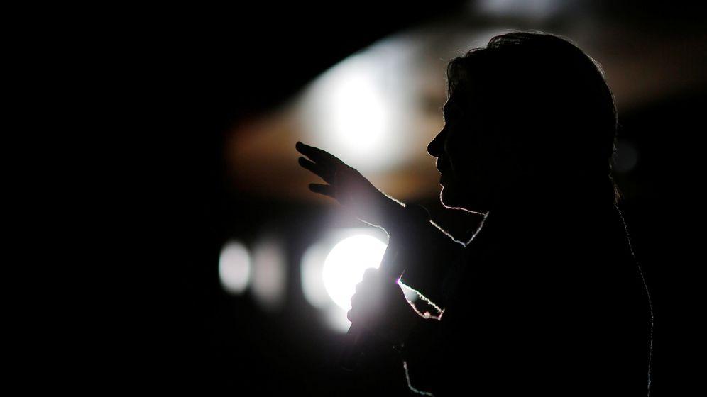 Foto: Silueta de la candidata demócrata a la Presidencia de Estados Unidos, Hillary Clinton, capturada durante la campaña en Des Moines, Iowa. (Reuters)