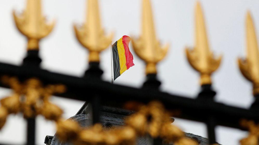 Foto: Bandera belga en el palacio real de Bruselas. (Reuters)