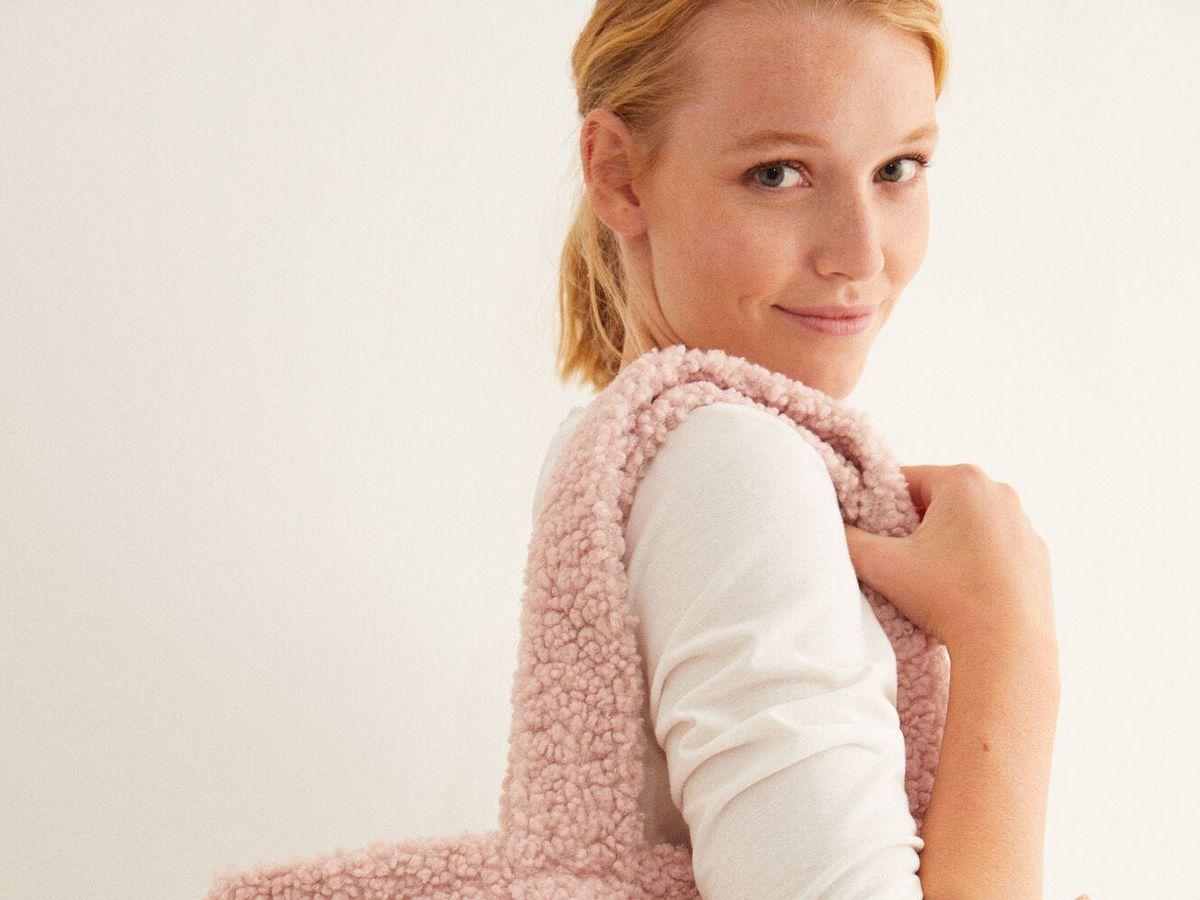 Foto: Hazte con un bolso teddy de Women Secret, un bucket hat y un neceser perfecto. (Cortesía)