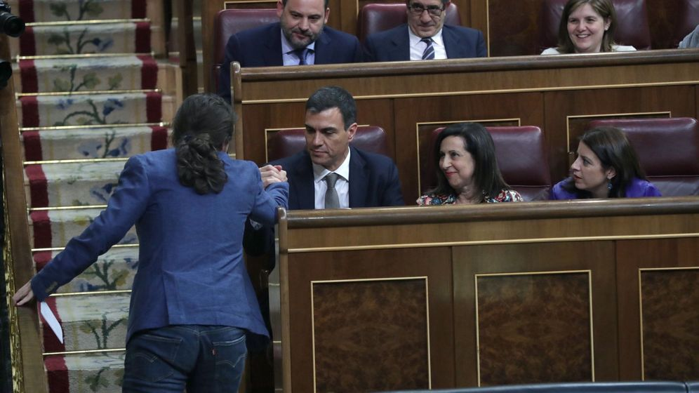 Foto: El líder de Podemos, Pablo Iglesias (i), da la mano al secretario general del PSOE, Pedro Sánchez (2i), durante la moción de censura. (EFE)
