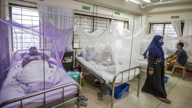 Hospital en Indonesia con personas infectadas con el dengue. (EFE)