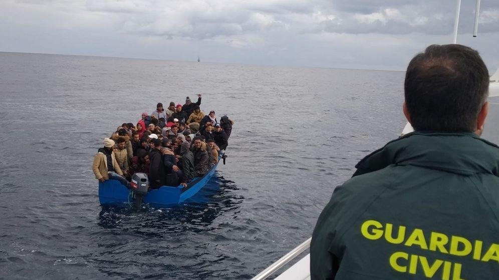 Foto: Fotografía facilitada por la Guardia Civil y Salvamento Marítimo de un rescate de inmigrantes el pasado mes de enero