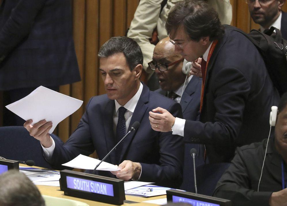 Foto: Pedro Sánchez, con su 'sherpa', el diplomático José Manuel Albares, en una reunión de alto nivel en la sede de la ONU, este 25 de septiembre. (EFE)
