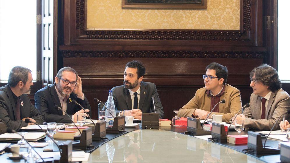 Foto: El presidente del Parlament, Roger Torrent (c), y el resto de miembros de la Mesa. (EFE)
