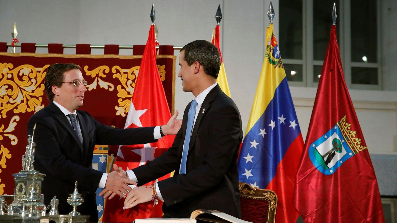 El presidente encargado de Venezuela, Juan Guaidó (d), junto al alcalde de Madrid, José Luis Martínez-Almeida (i). (EFE)