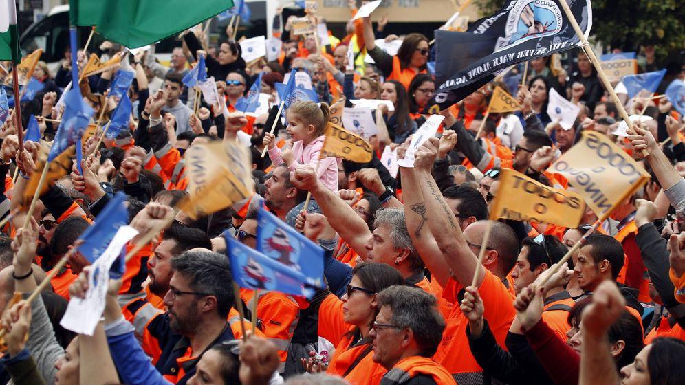 Foto: unas 3.000 personas se concentran en Algeciras en apoyo de los estibadores.