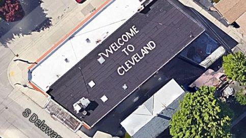 Escribe Welcome to Cleveland en su casa de Milwaukee para despistar aviones