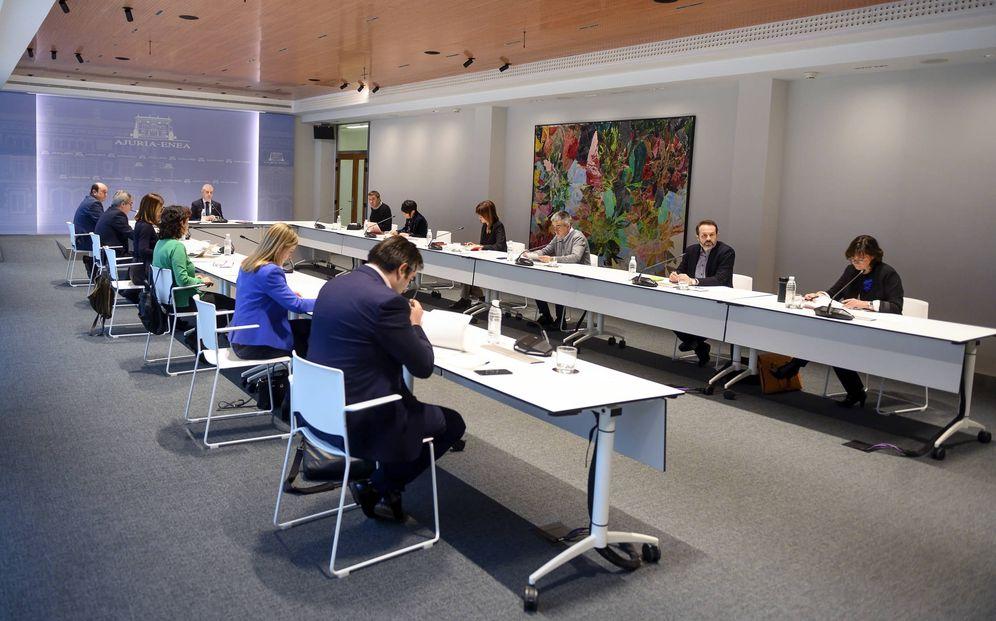 Foto: Urkullu se reúne en Lehendakaritza con los representantes de los partidos vascos este lunes para acordar la suspensión electoral. (Irekia)