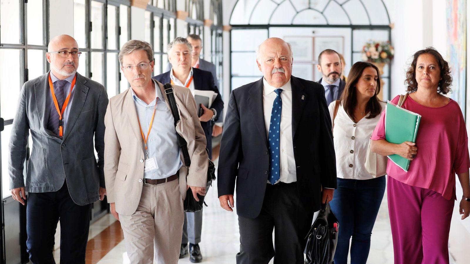 Foto: El consejero de Salud y Familias, Jesús Aguirre (2d), acompañado del portavoz de la Junta para el brote de listeriosis, José Miguel Cisneros (2i). (EFE)