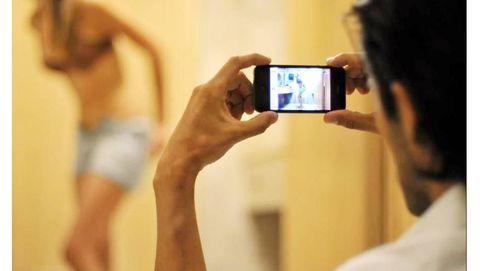El infierno de la 'sextorsión': Mi exnovio llenó internet de fotos mías desnuda