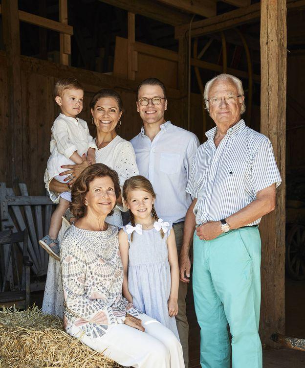 Foto: Los reyes suecos Carlos Gustavo y Silvia con los herederos, Victoria y Daniel, y sus hijos, Estelle y Oscar. (Casa Real sueca)