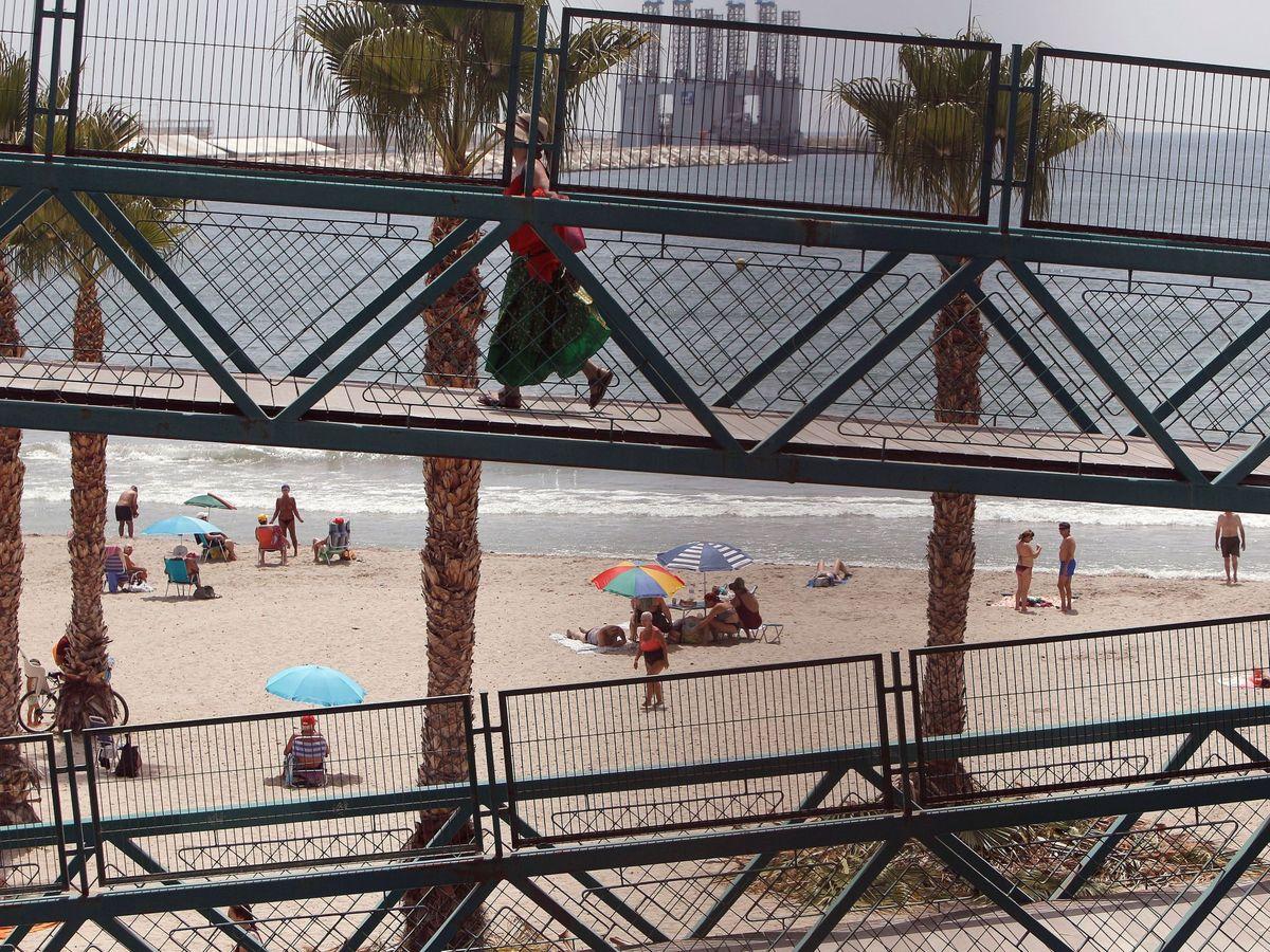 Foto:  Repiten bandera negra la ría de Pontevedra y la playa de El Carmen en Barbate. (EFE)