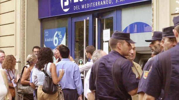 Foto: Clientes del banco Eurobank del Mediterráneo hacen cola en una sucursal en Barcelona para intentar recuperar su dinero. (Efe/ archivo)