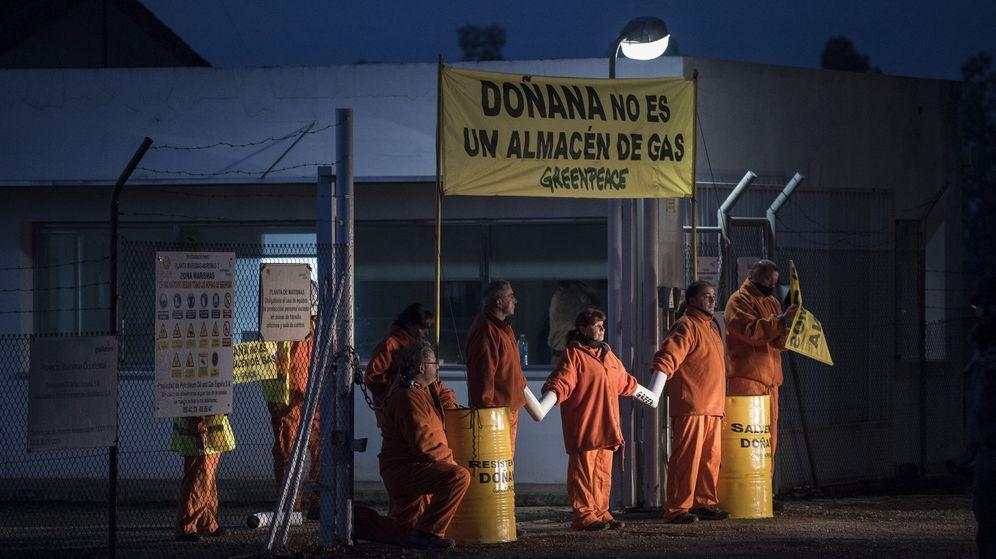 Foto: Activistas de Greenpeace en una protesta en las instalaciones de Gas Natural Fenosa situadas en el entorno de Doñana (EFE)