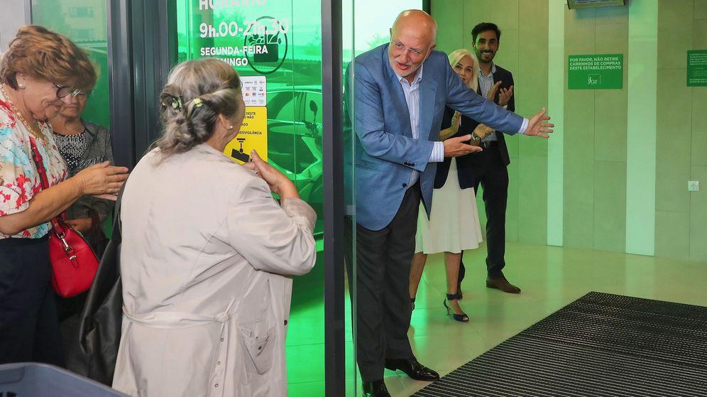 Foto: Juan Roig y Hortensia Herrero dan la bienvenida a los primeros clientes de su primera tienda en Portugal. (EFE)