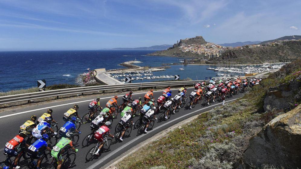 Foto: El pelotón circula hacia Alghero, ciudad al noroeste de Cerdeña. (EFE)
