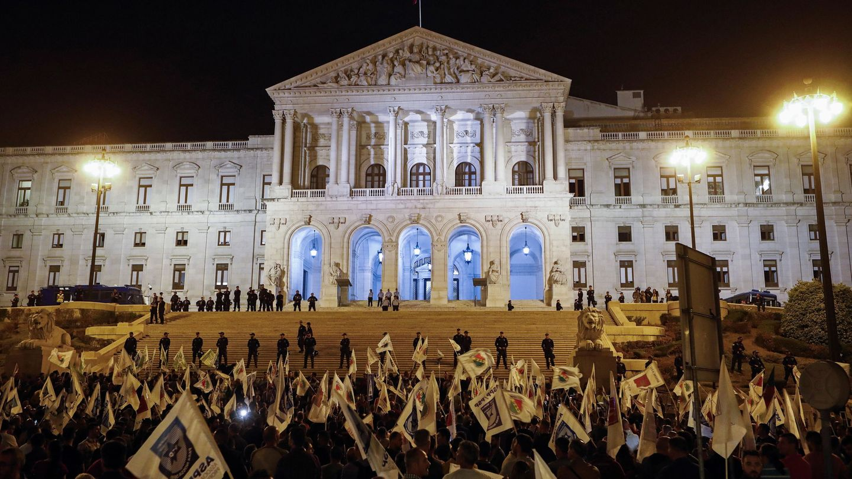 La policía protege la Asamblea de la República portuguesa en Lisboa. (EFE)