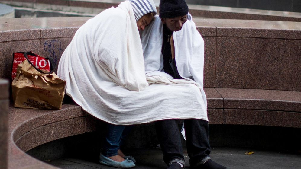Foto: Una pareja sin techo en el centro de Los Ángeles (Reuters).