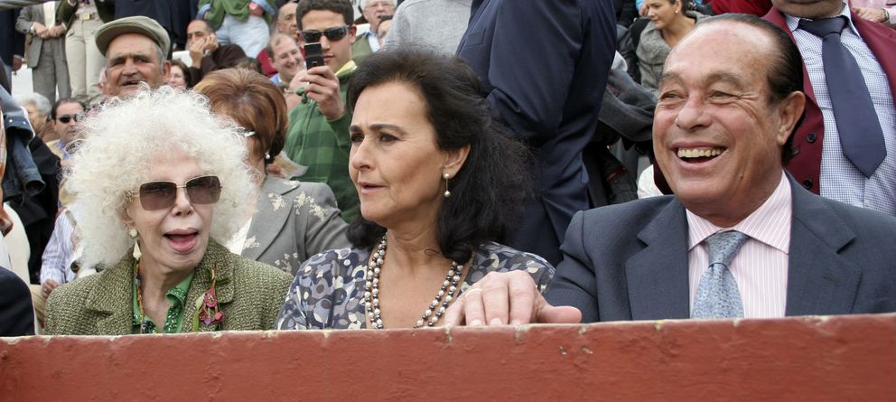 Foto: Doña Cayetana, Carmen Tello y Curro Romero, en los toros (Gtres)