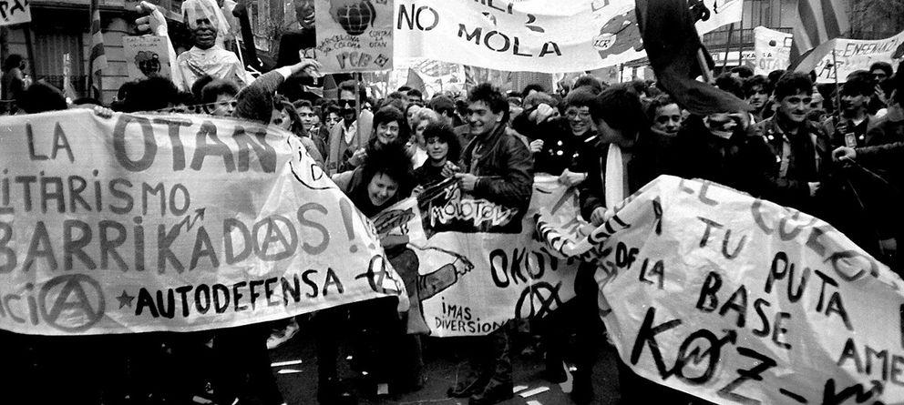 Foto: Punks de Madrid y Barcelona en una manifestación contra la OTAN en 1986 ((Archivo Merche Meme González y Alicia Carmona)