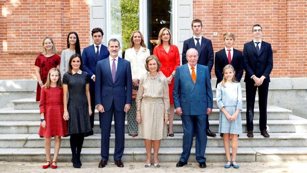 Foto: Los Reyes eméritos con sus hijos, su nuera y sus nietos. (EFE)