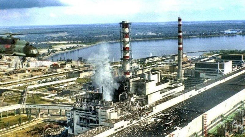 La explosión liberó una radiación superior a 500 bombas atómicas. Una vista aérea del reactor cuatro de la central nuclear 'Vladimir Illich Lenin' de Chernobyl en Prípiat, tras el accidente del 26 de abril de 1986.