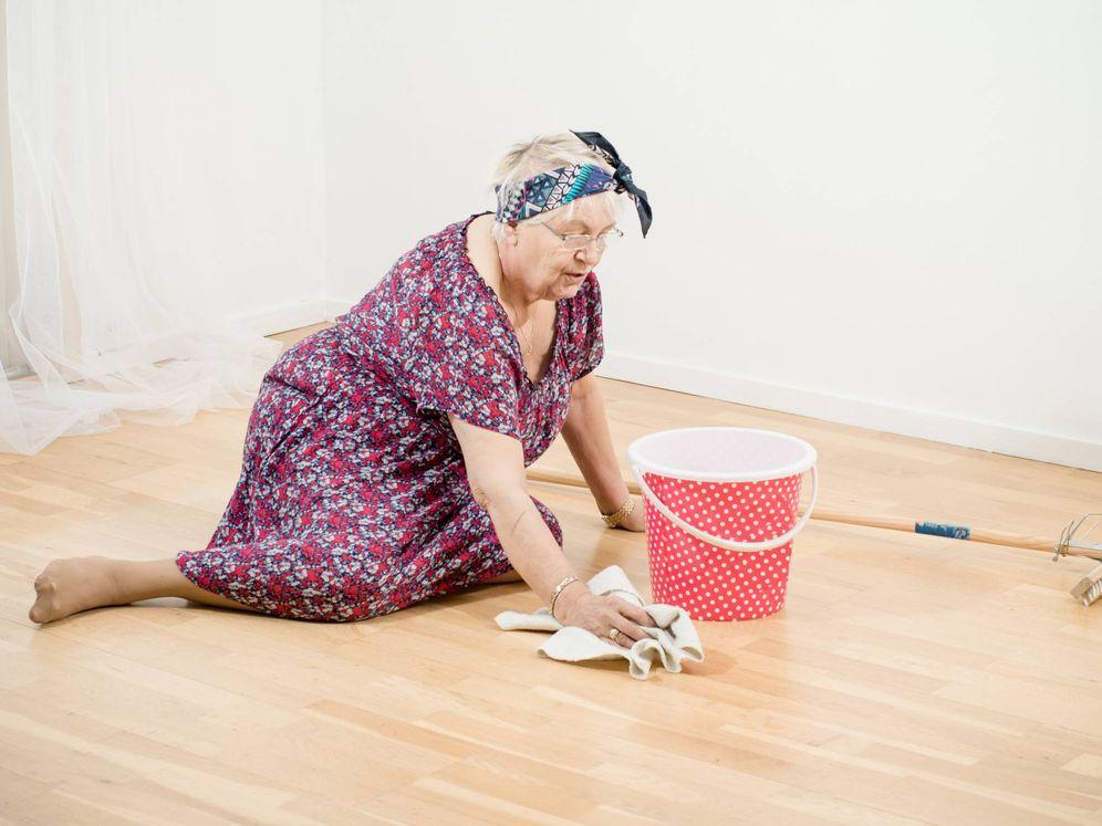 Foto: Ama de casa anciana limpiando el suelo con un trapo. (iStock)