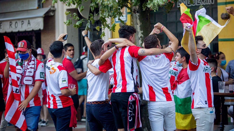 Aficionados jóvenes de Logroño animan a su equipo en un 'play-off' de ascenso. (EFE)