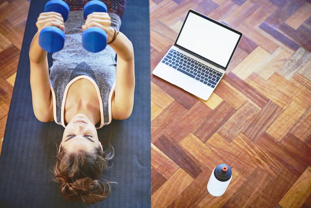 Foto: Mujer realizando un ejercicio de fuerza en su casa. (iStock)