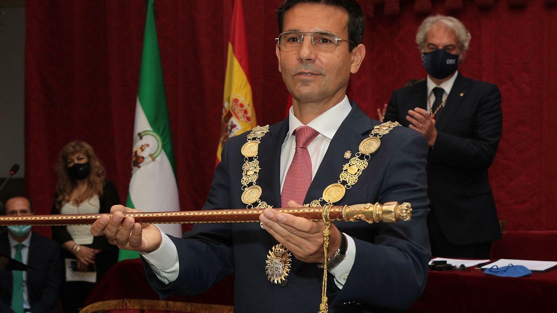 El candidato socialista, Francisco Cuenca, con la vara de mando, esta mañana. (EFE)