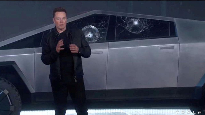 Musk demostrando cómo se rompe el cristal 'irrompible' del Cybertruck.