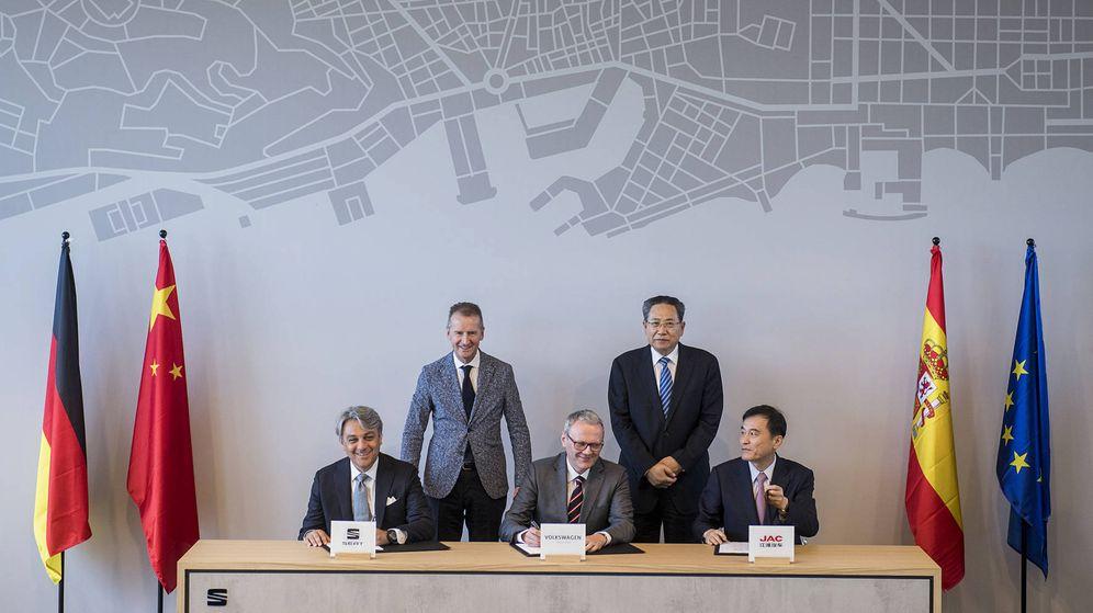 Foto: Firma de los acuerdos con los responsables del gobierno chino en Madrid en presencia de Herbert Diess, presidente de Volkswagen.