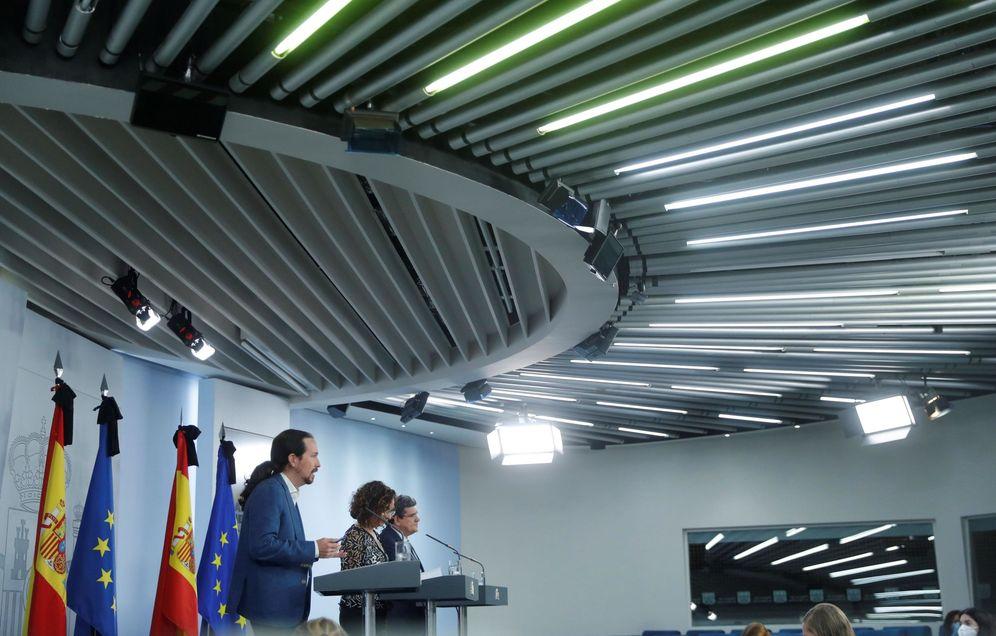 Foto: El vicepresidente Pablo Iglesias, con los ministros María Jesús Montero y José Luis Escrivá, este 29 de mayo. (EFE)