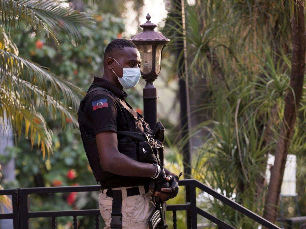 Foto: Un agente vigila fuera de una rueda de prensa del primer ministro haitiano. (EFE)